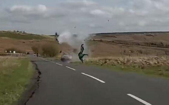 ΒΙΝΤΕΟ: Η τρομακτική στιγμή που μοτοσικλετιστής συγκρούεται με αυτοκίνητο που έτρεχε στο αντίθετο ρεύμα