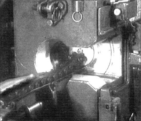 Заряжание орудия Д-15ТА танка Т-10. Снаряд находится на цепи досылателя, отправляющего его в камеру орудия