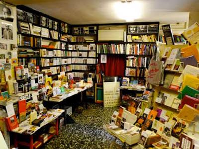 L'interno dell'ormai ex Libreria Francese a Venezia