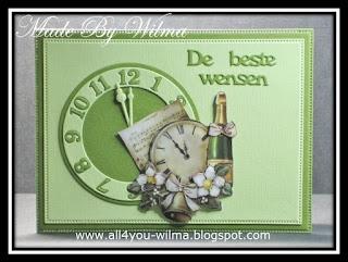 Een kerstkaart met een 3d-plaatje van een klok, een champagne-fles, bloemen en klokken en een gestanste klok met ingelegde cijfers. A Christmas card with a 3D-image of a clock, a champagne bottle, flowers and bells and a punched clock with inlaid numbers.