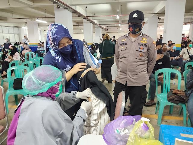 Berikan Pengamanan Vaksinasi, Bhabinkamtibmas Polsek KP Samarinda Sosialisasikan Prokes