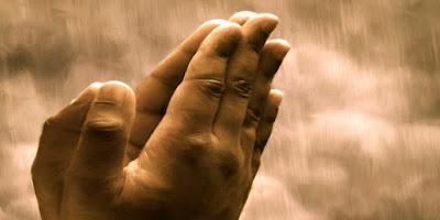 mãos juntas em oração