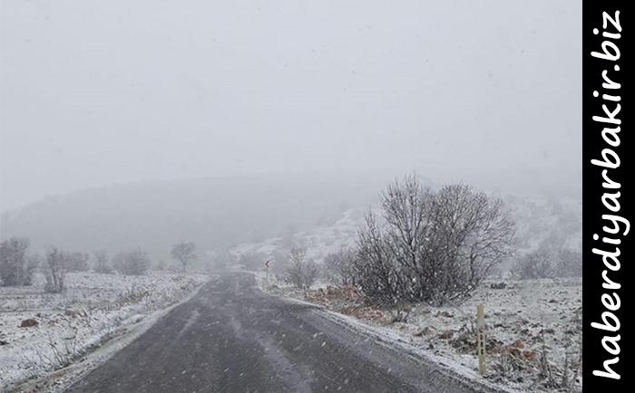 DİYARBAKIR- Diyarbakır'ın genelinde etkili olan sağanak yağış, yüksek kesimlerde yerini kar yağışına bıraktı.