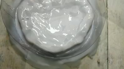 قالب سيليكون أبيض على قطعة فنية
