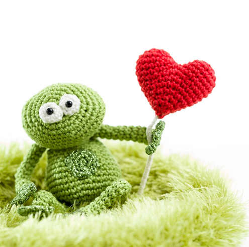Valentine's Day Crochet pattern, crochet frog in love (photo by Woolytoons) | Happy in Red