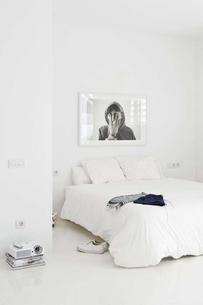Dormitorio blanco y minimalista en The white retreat