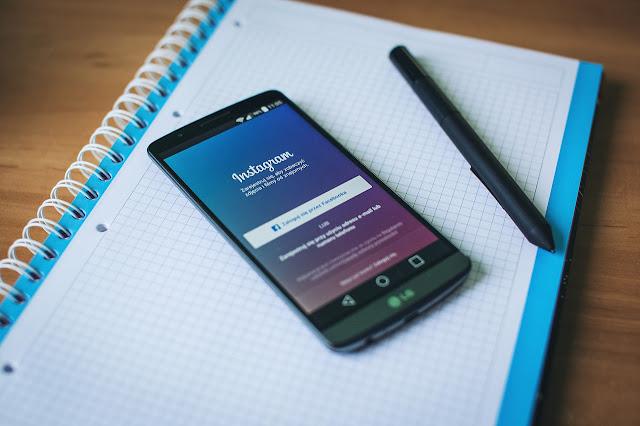 handphone yang memiliki tampilan layan instagram