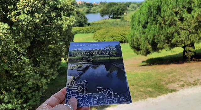 Mão segurando um mapa do Parque da Cidade do Porto