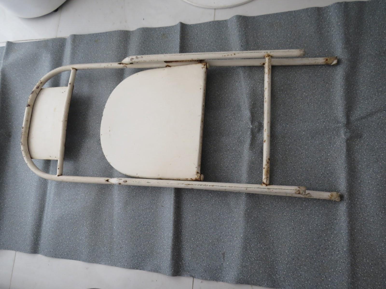 Essa cadeira de ferro desdobrável fazia parte do salão de festas  #5C4F42 1600x1200