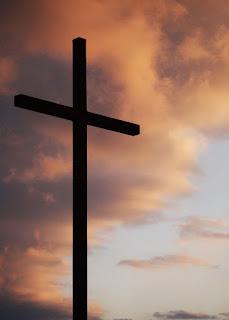 Une grande croix devant un ciel couvert