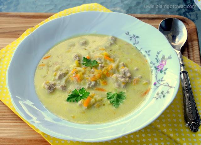 Zupa porowo-serowa z mięsem mielonym