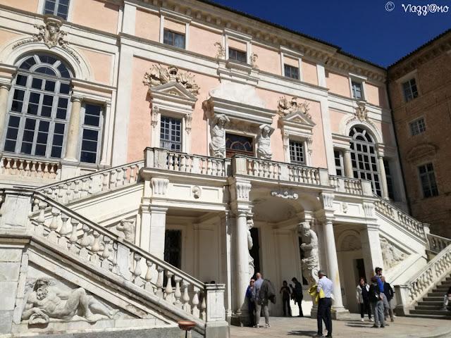 Scalone e statue in marmo del Castello di Govone