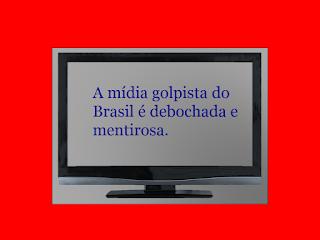 A foto mostra uma tela de TV digital e tem uma frase: A mídia golpista brasileira é debochada e mentirosa.