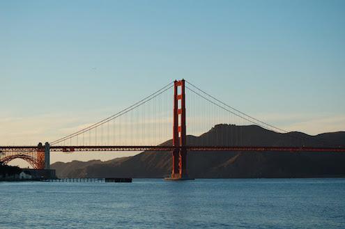 Bonita vista parcial de la bahía de San Francisco donde se ve una de las torres del Golden Gate Bridge