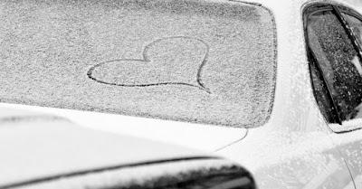 Automóvil con hielo en el parabrisas
