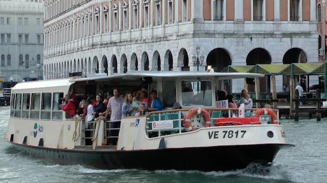 Passeio de vaporetto em Veneza