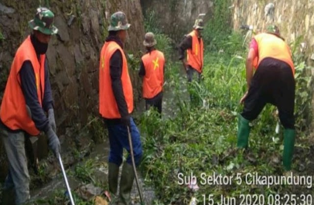Satgas Sektor 21-6 Bersama Warga Menggelar Karya Bakti Sungai Citepus