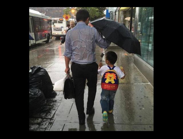 Beginilah Foto-Foto Ilustrasi Pengorbanan seorang Ayah dalam Menjaga Anaknya