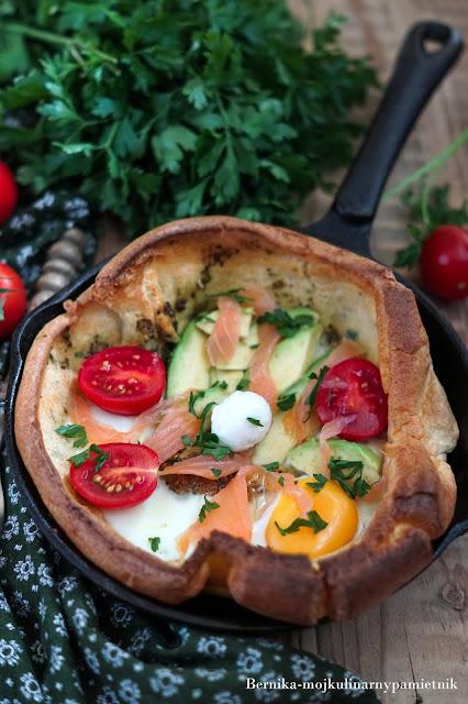 dutch baby, nalesnik, losos, sniadanie, patelnia, pomidory, jajka, bernika, kulinarny pamietnik