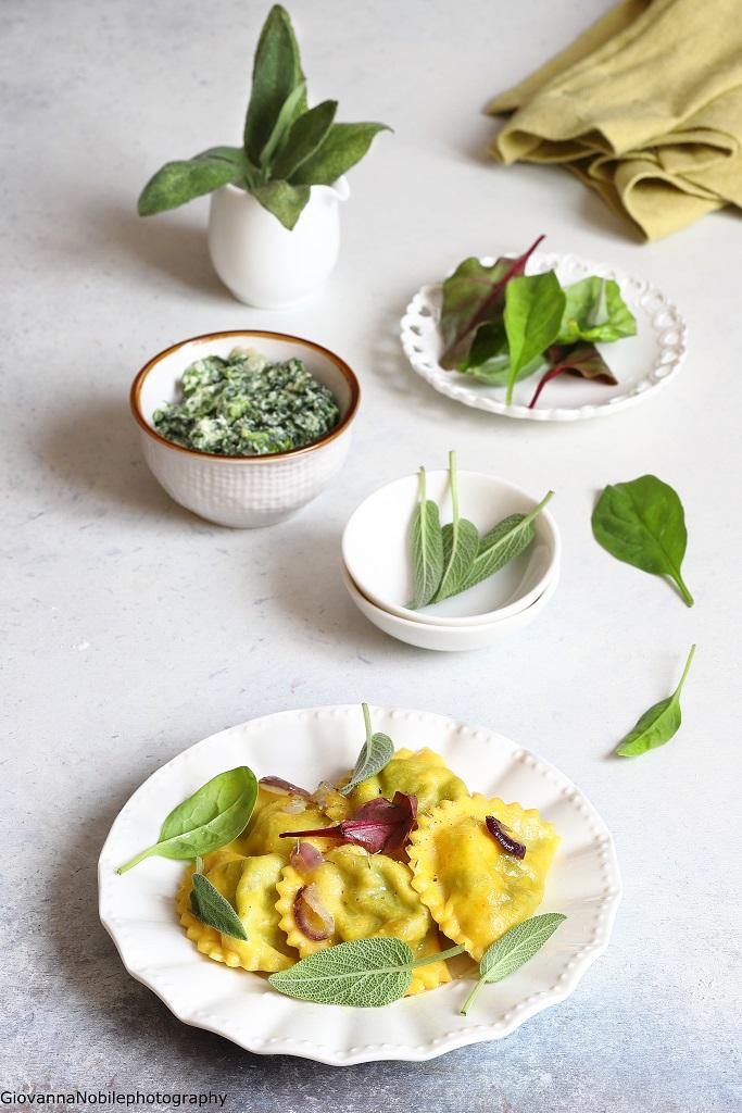 Ravioli allo zafferano farciti con ricotta e spinaci