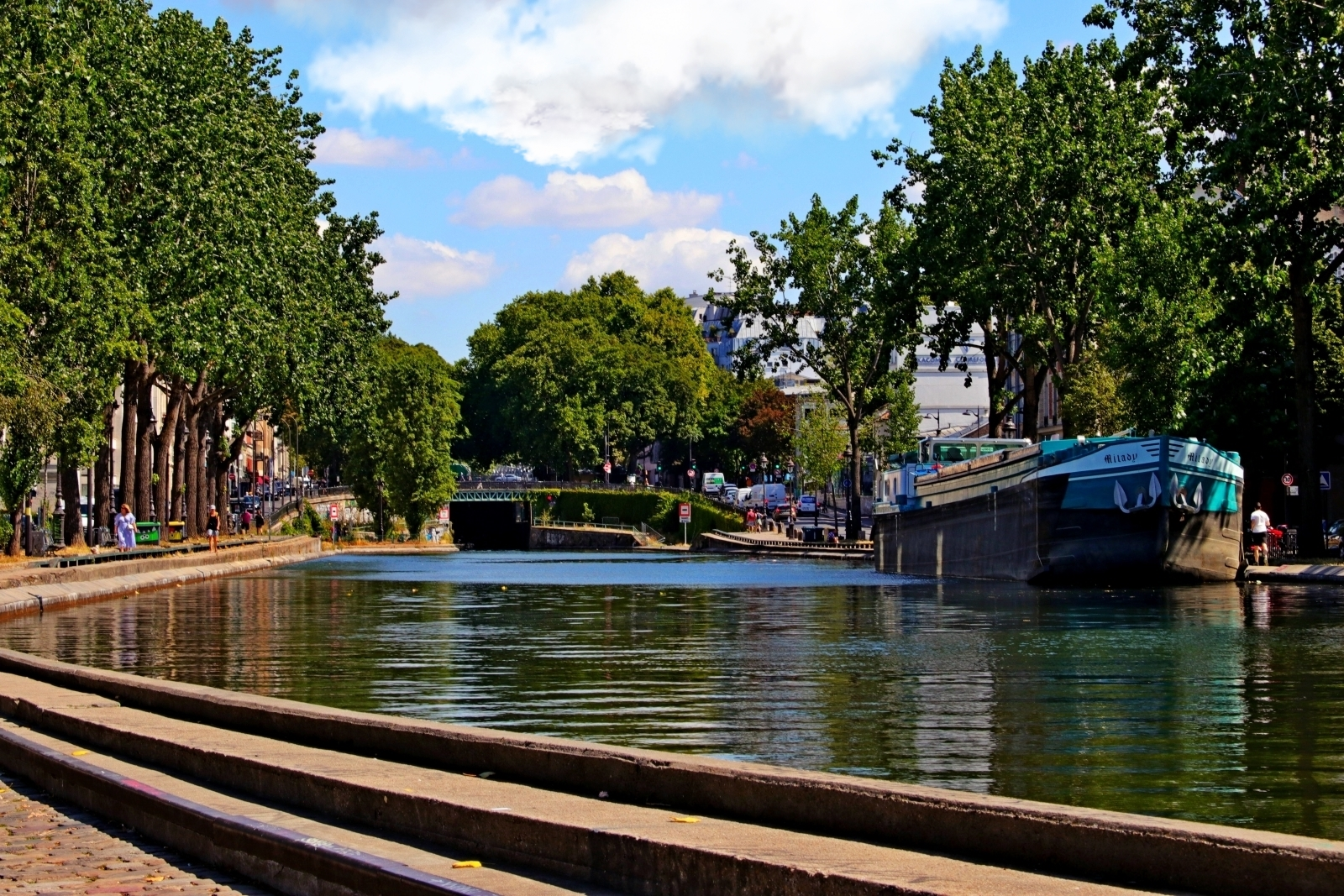 Canal, arbres, immeubles