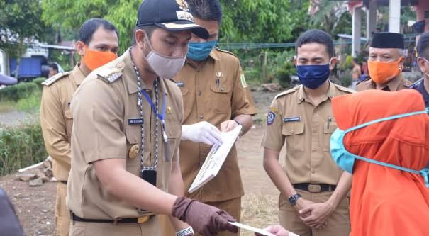 Bupati Sinjai Andi Seto Asapa Turun Langsung Salurkan BST Untuk Warganya