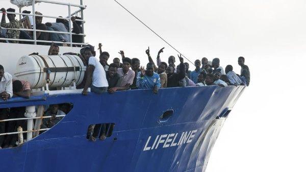 Barco Lifeline desembarca en Malta más de 230 migrantes