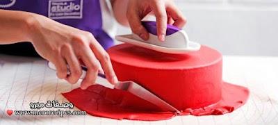 طريقة تغطية الكيك بعجينة السكر بالصور