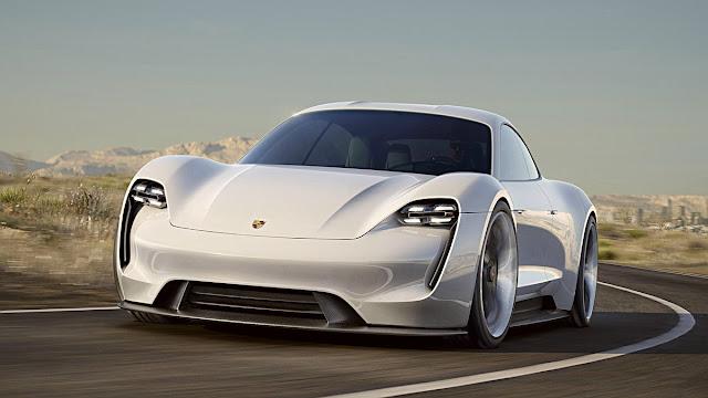 Porsche'nin ilk tam elektrikli modeli olan ve duyurulduğu ilk zamanlarda büyük sükse yapan Taycan, an itibarıyla Türkiye'de. Üç farklı Taycan modeline 7 ayrı şehirdeki Porsche yetkili satıcısından ulaşabilirsiniz.