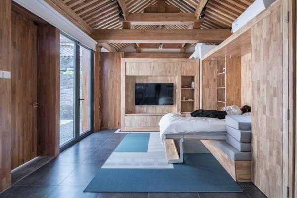 Trong phòng khách, băng ghế ngồi cũng có thể trở thành một chiếc giường ấm áp.
