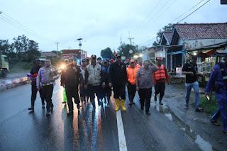 Respon Cepat, Taufik Hidayat Langsung Kunjungi Lokasi Banjir