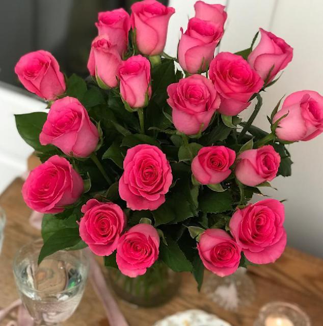bunga mawar merah dalam vas bunga