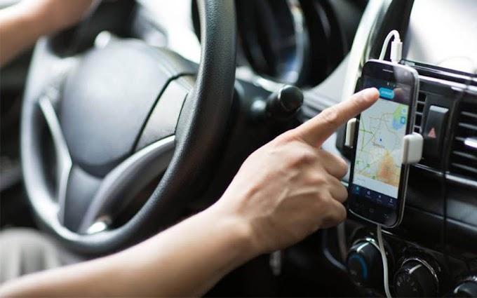 Motorista de aplicativo 'toca uma' enquanto dirige e passageira salta do carro