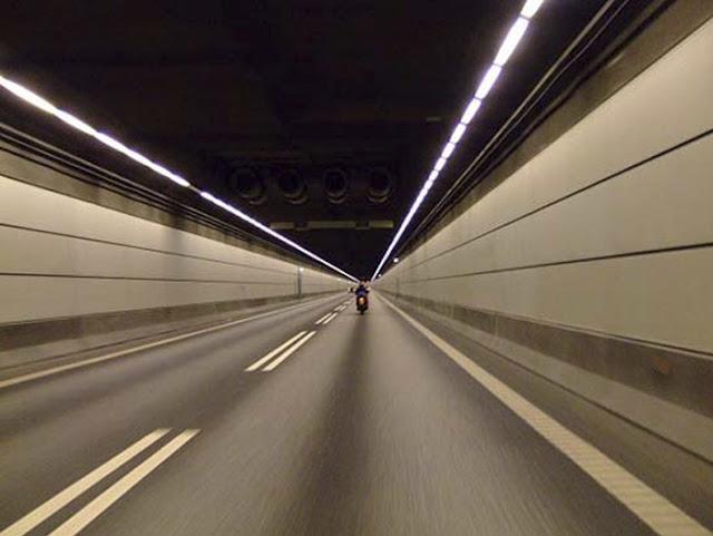 moto al interior del túnel con dos carriles hacia un sentido