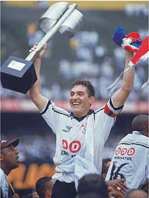 Gringos vencedores nos anos 90 - Foto de Gamarra com o troféu de campeão brasileiro de 1998.