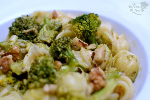 Orecchiette con verduras y pesto