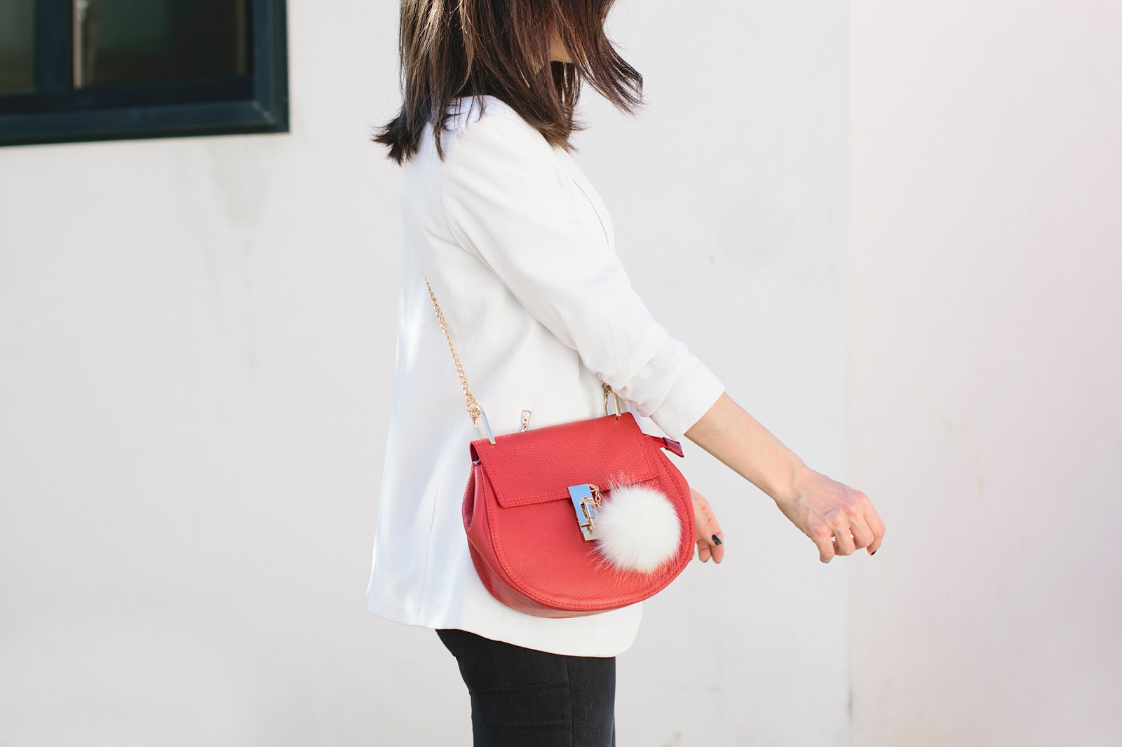 Look con blazer blanca y jeans negros de Zara