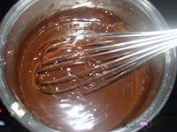 Añadiendo la mantequilla derretida