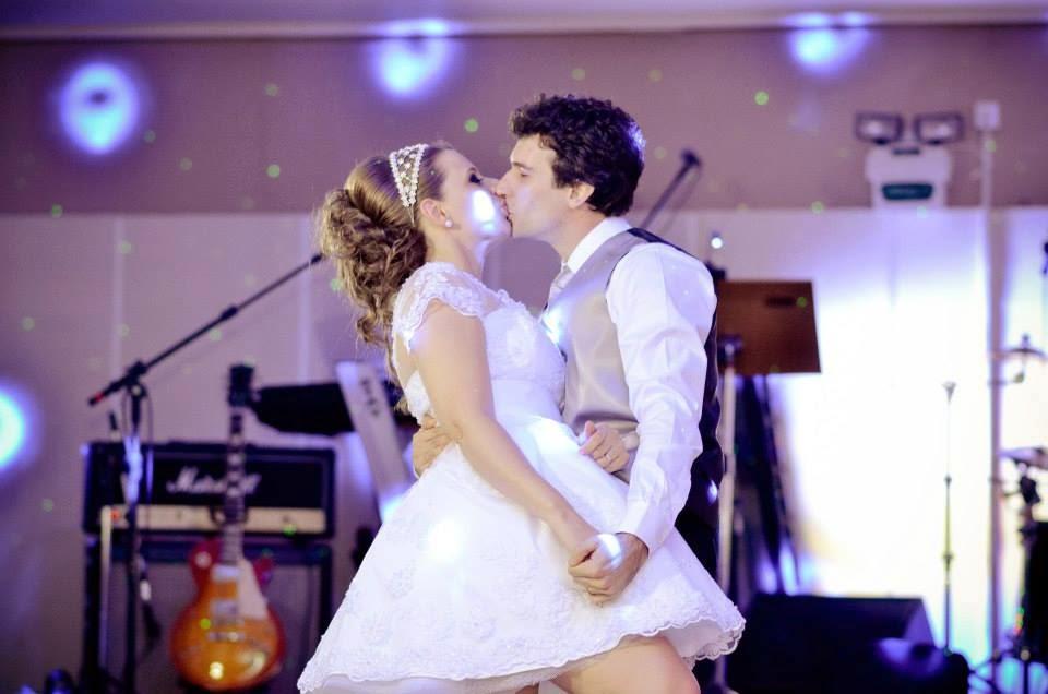 festa-noivos-primeira-danca-beijo
