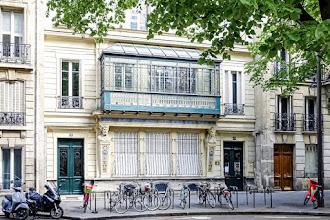 Paris : 79 rue Madame, la Maison Gillot, un immeuble intrigant, une loggia haute en couleurs et un décor Art Nouveau fleuri - VIème