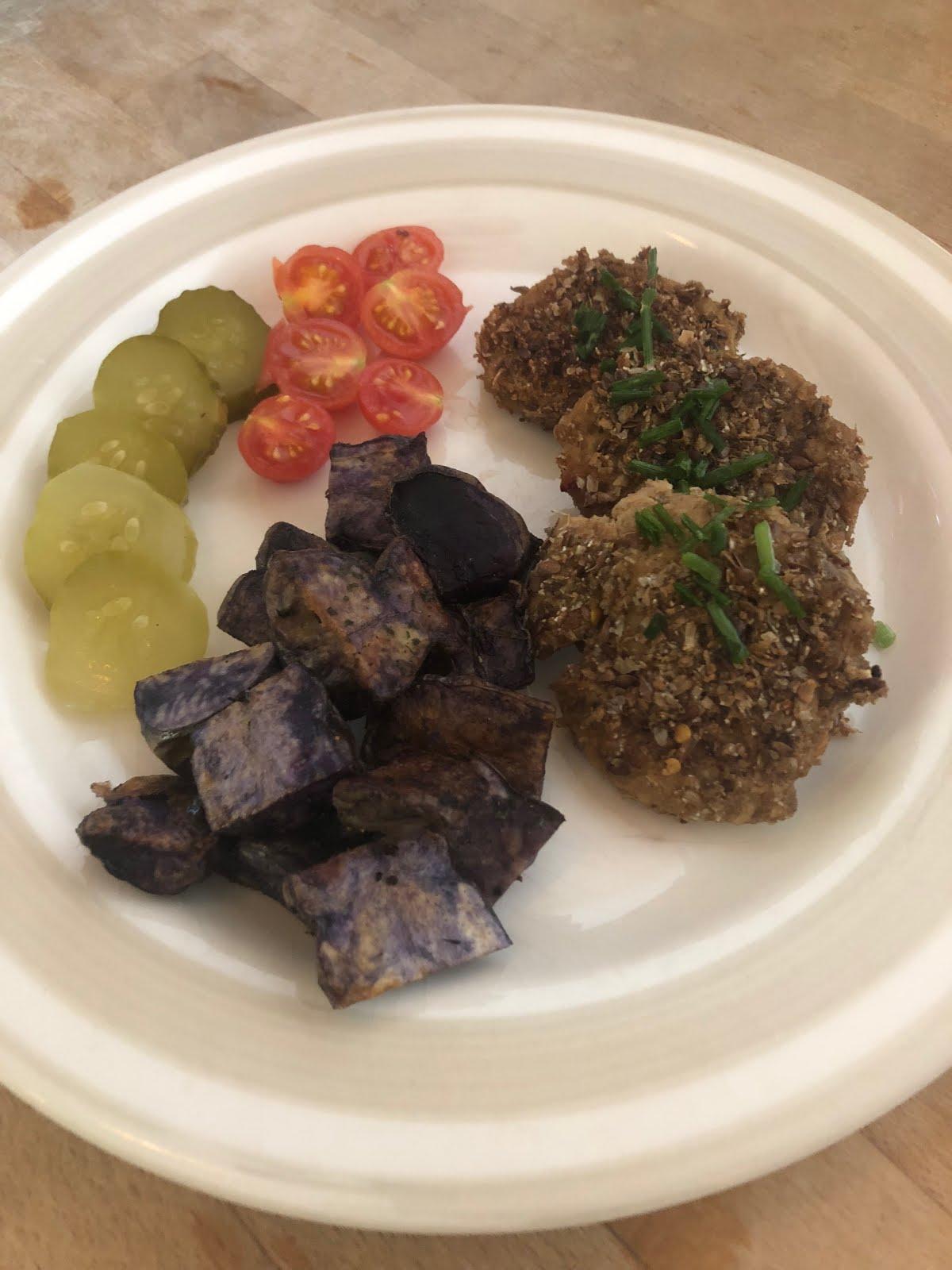 Zapiekanie fioletowe ziemniaki z kotletami sojowymi