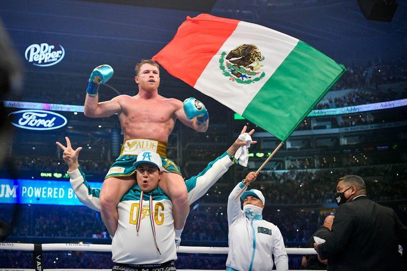 Canelo Álvarez acaba con el invicto de Saunders frente a una multitud en el AT&T Stadium