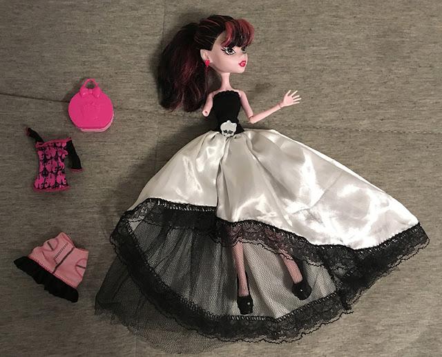 boneca Draculaura sem um bracinho