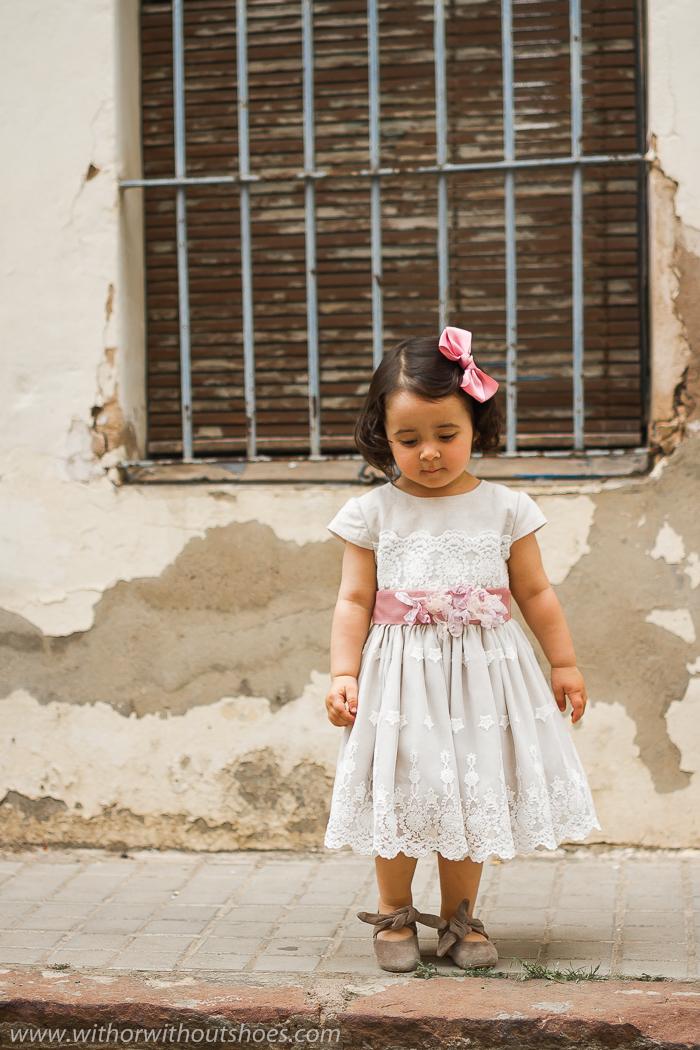 Look de niña: Vestido de Ceremonia de lino y tul bordado con cinturon de Rigans hecho en España