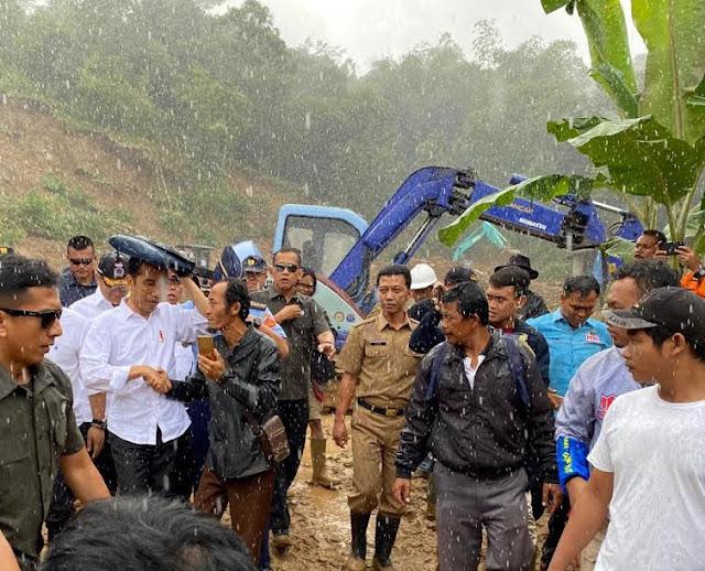 Jokowi Diguyur Hujan Saat Tinjau Penanganan Bencana Banjir di Sukajaya
