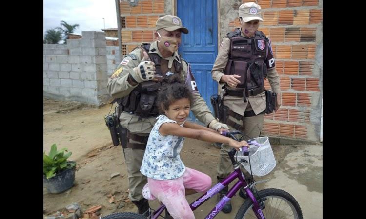 Polícia Militar entrega bicicleta para criança na Chapada Diamantina
