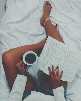 foto de las piernas leyendo un libro
