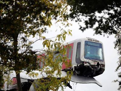 """قطار ينجو من كارثة في هولندا ويستقر فوق """"ذيل حوت"""""""