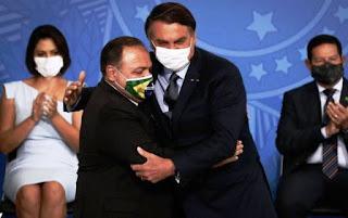 """""""Não fique em casa esperando falta de ar"""", diz Pazuello ao tomar posse na Saúde"""