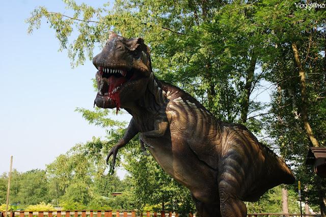 Riproduzioni di dinosauri nel parco giurassico